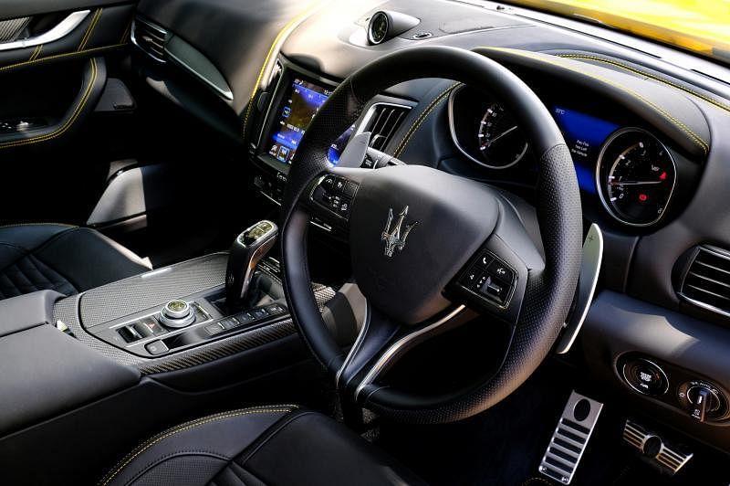 """车子的中控台被赞是驾驶者的""""贴心助理"""",凸显舒适与奢华。"""