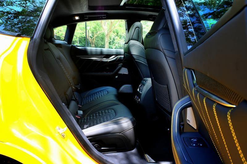 后方座椅中控有可调节温度的冷气出风口和两个USB插座。