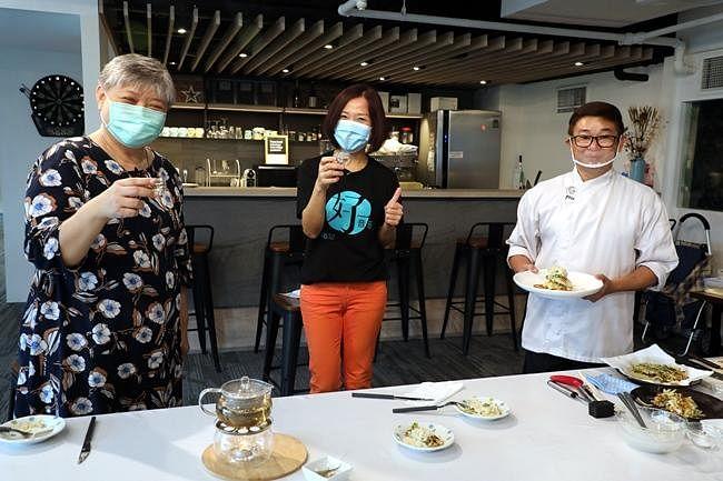 comnenlive_wk8_cooking1.jpg