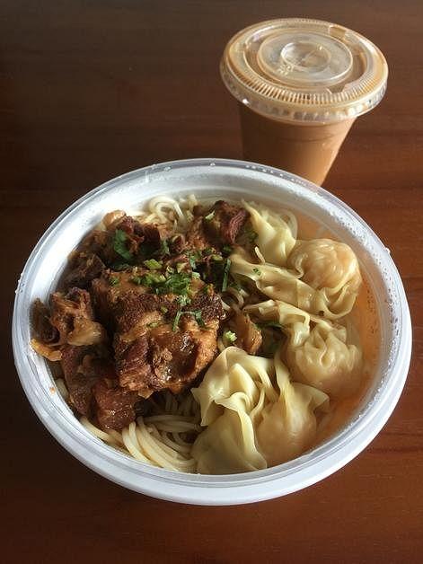翠华茶餐厅的鹿儿岛猪软骨拼云吞米线配冷鸳鸯套餐。(黄靖晶摄)