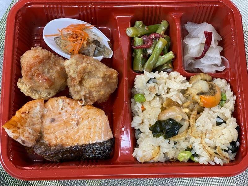 日本米饭铺的烤三文鱼和炸鸡套餐。