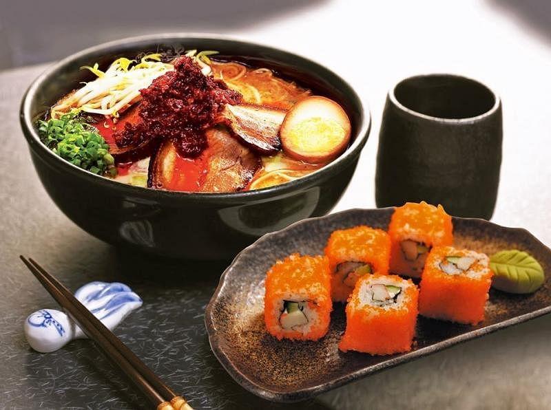 味千拉面的火山拉面配寿司套餐。