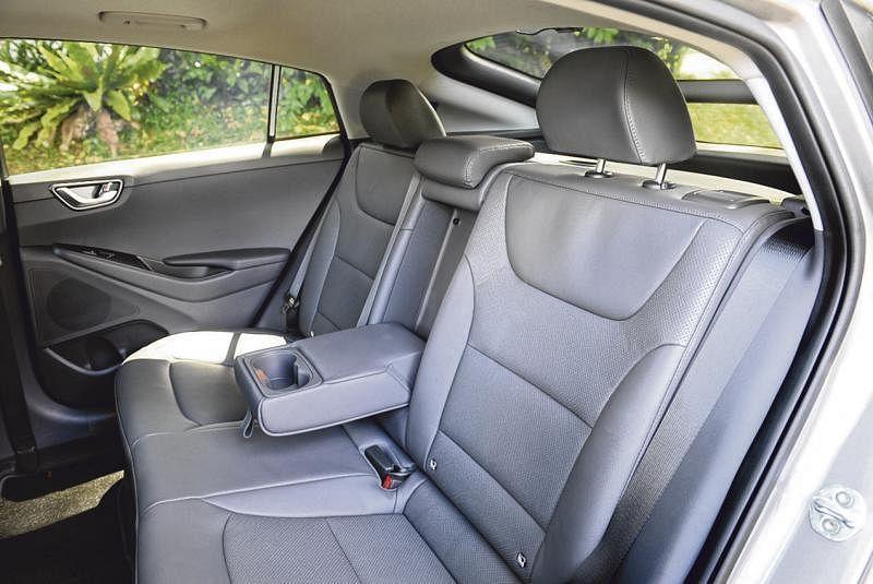 车子的轴距有2700毫米,后座空间宽敞,座椅也很舒服,不须挺直身子。