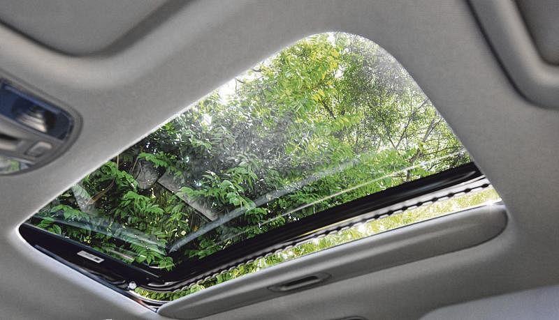 若不想打开天窗,可以拉开遮阳板,让阳光照射入车室,提升驾驶乐趣。