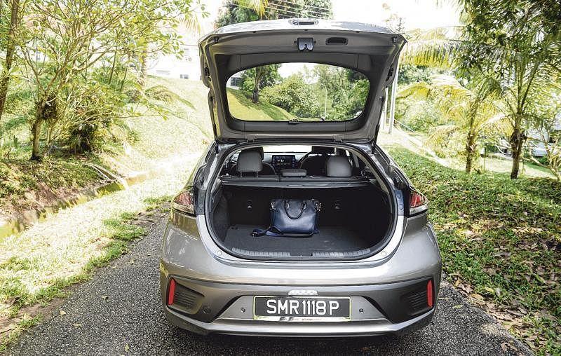 车子行李厢有456公升,放倒第二排椅子的话,空间容量可达1518公升。