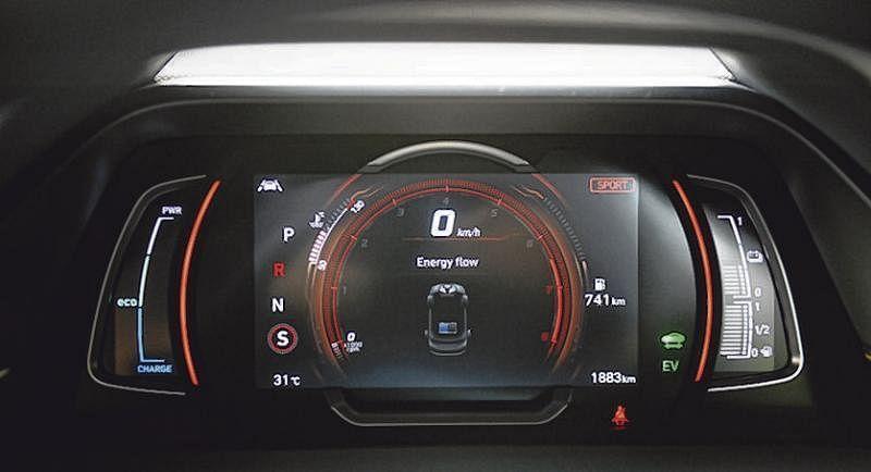 7英寸仪表盘会显示车子的动力和充电情况,启动运动模式就亮起红灯。