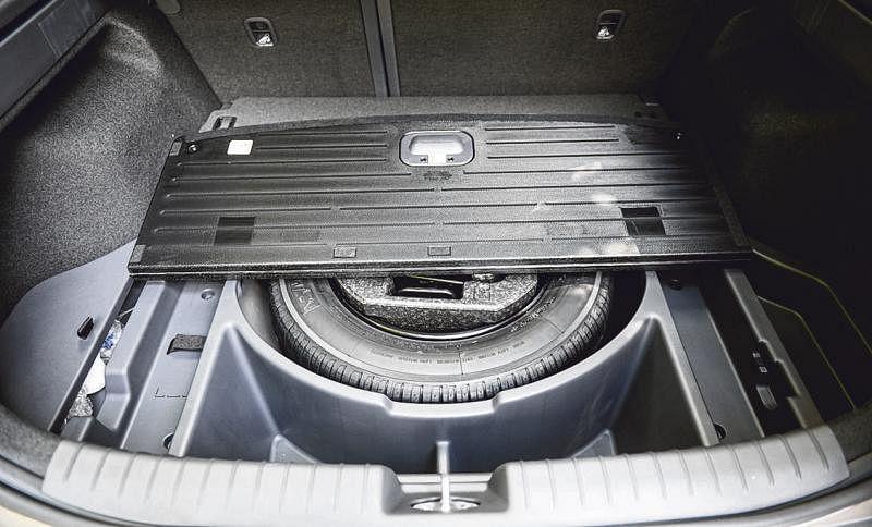 车子后备胎周围储物空间深又大。