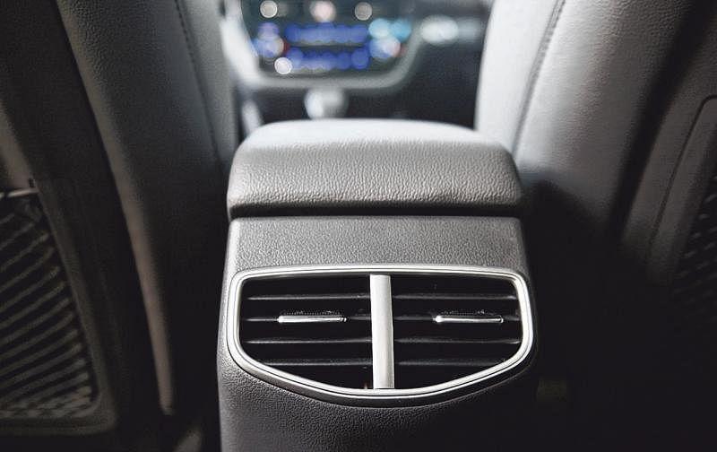 中控扶手后方有两个冷气出风口。