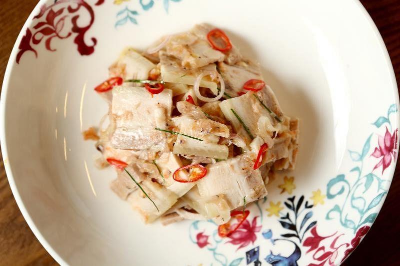 虾酱肉片沙拉加了咸虾酱,带有特殊咸香味。