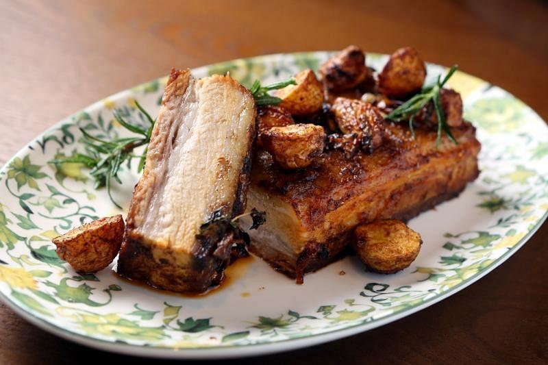 地中海烤三层肉的口感焦脆,而且保留肉汁。
