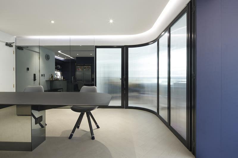 半透明的塑料壁板后是居家办公室。防空壕藏在三片落地镜片后。
