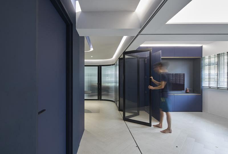 客厅的玻璃门有自己的收纳橱,收好,让空间变得十分整齐。