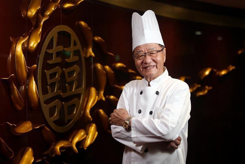 茗香菜馆的创办人之一兼主厨陈喜铵喜欢看烹饪视频拓展视野。(档案照)