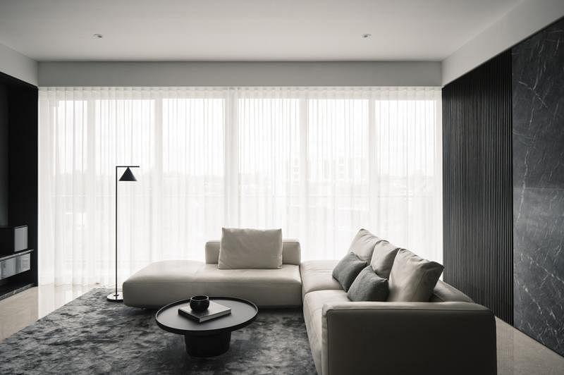 客厅刻意采用低矮、贴地的家具,把好风景还给落地窗户。