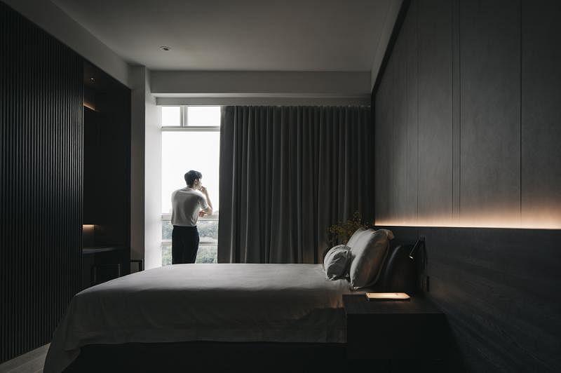主卧室的装潢集家里各个空间的一点元素。