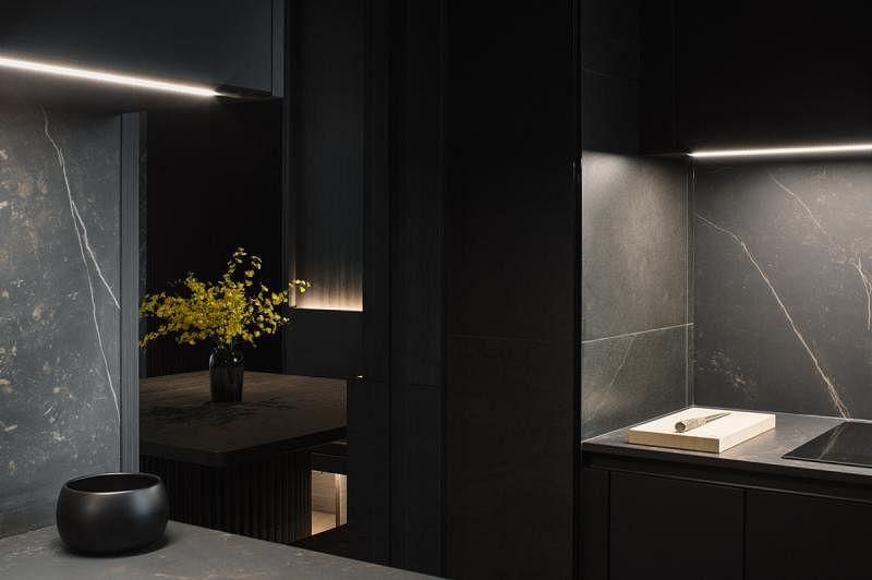 厨房采用粗犷的设计,铺在墙上的岩石材质瓷砖更有粗线条而又肃净的感觉。
