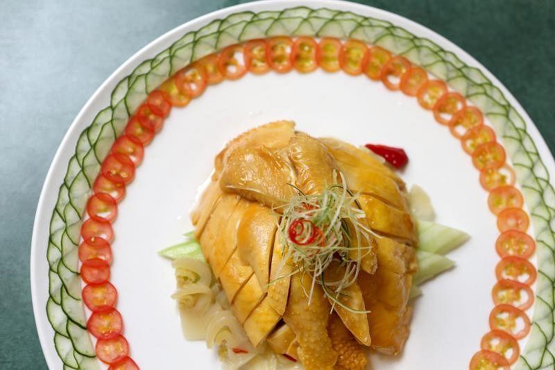 汕头豆酱鸡浸泡在普宁豆酱鸡汤约25分钟至全熟,甘榜鸡肉质结实又不失软嫩,可尝到豆酱的咸香。