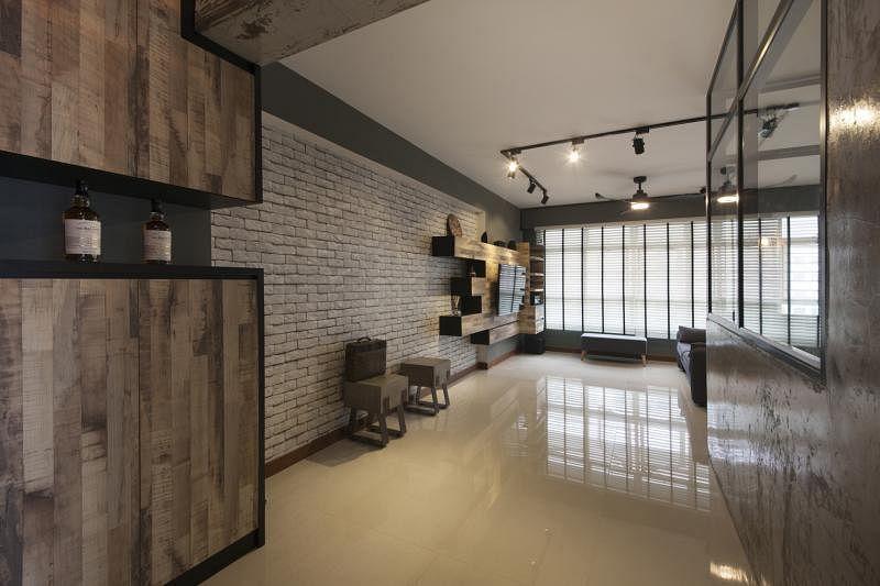 入口处的怀旧木质橱柜与主墙的旧式砖瓦,组合成工业加怀旧风格。
