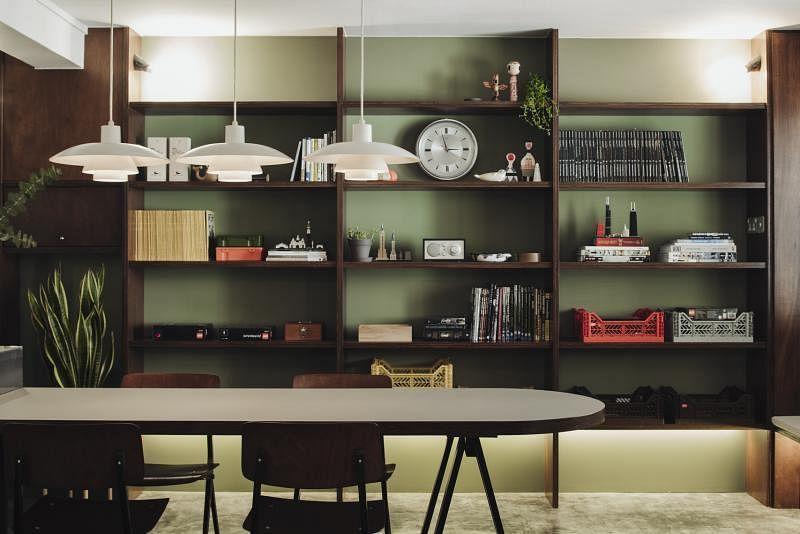 书架的纵横线条与饭桌、长凳的线条遥相呼应,赏心悦目。