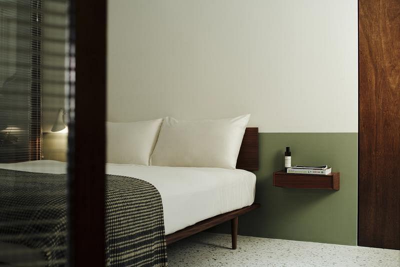 设计师将墙壁漆为橄榄绿和乳白两色,百看不厌。准备装修的准屋主可把这招学上。
