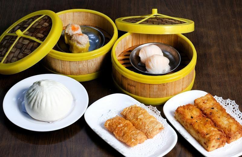 瑞春推出的香港点心包括:烧卖(后左,逆时针)、瑞春招牌大包、鲜虾腐皮卷、瑞春招牌面线粿及虾饺。