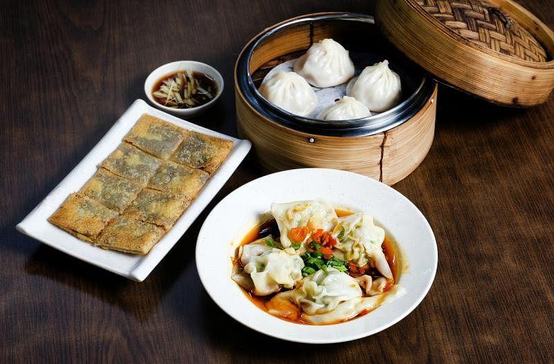 瑞春于2007年推出上海点心,包括:四川红油抄手(前)、上海小笼包(右上)及豆沙锅饼。