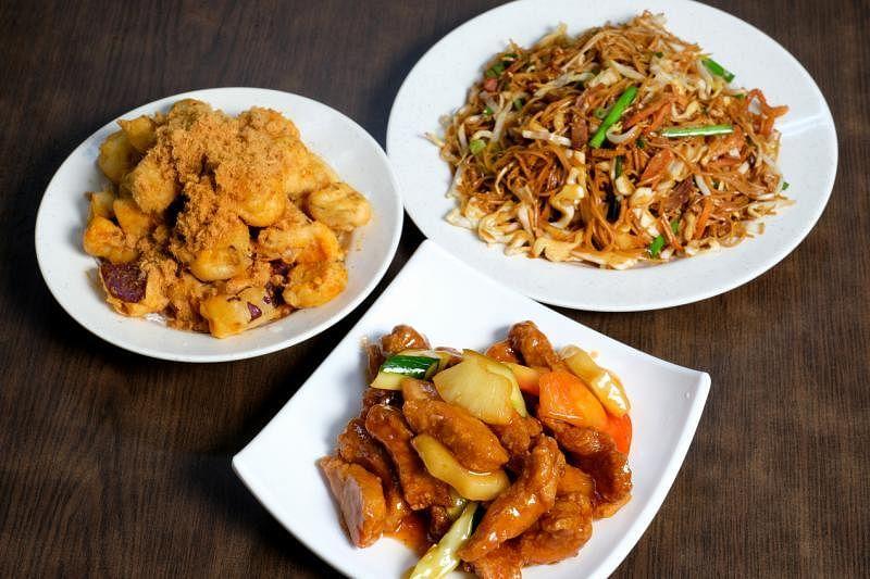 为扩大菜式选择,瑞春于2009年推出煮炒菜式。图为咕噜肉(中)、肉松茄子(左)及炒家乡面线。