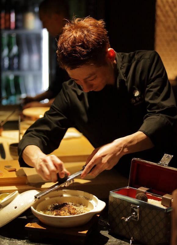 现场看厨师准备日式砂锅饭,加入黑松露,添奢华口味。