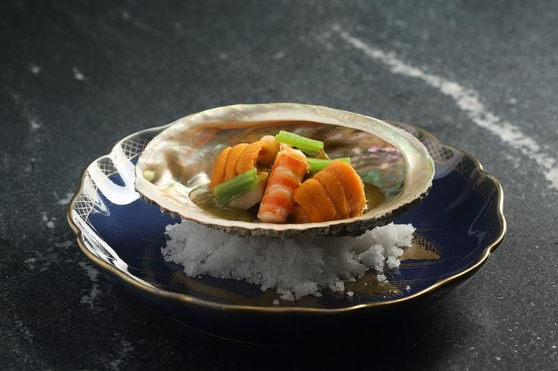 鲍鱼海胆虎虾,由不同烹制法处理而成。