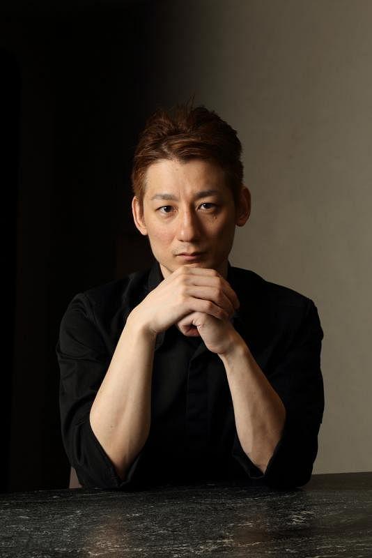 曾在日本米其林三星餐馆磨刀的西信宏,在新加坡开餐馆Nishikane。