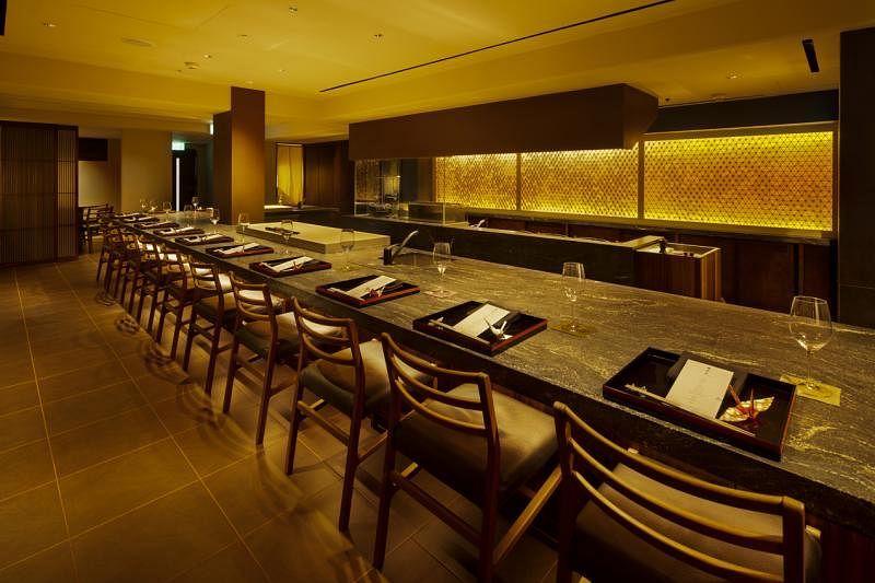 开放式餐台是割烹厨师的舞台,在食客前准备食材,现场烹制。