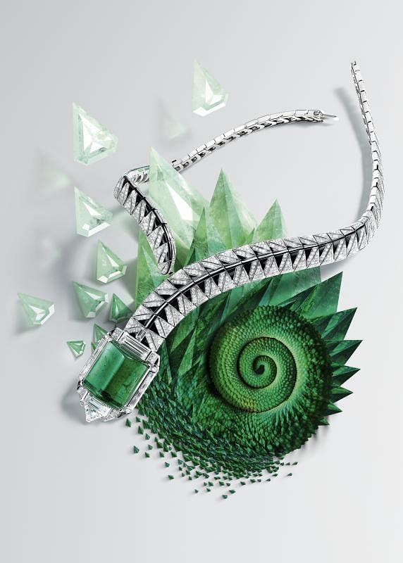 卡地亚Opheis项链。18K白金,一颗产自赞比亚的53.94克拉圆角长方形祖母绿,两颗长方形钻石,总重5.42克拉。一颗1.55克拉切角三角形钻石,缟玛瑙,长方形切割和圆形明亮式切割钻石。