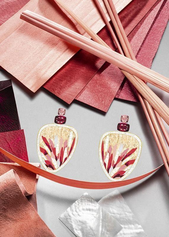 """为突显大自然最为壮阔的时刻,伯爵的大师级工匠以世代传承的传统工艺和特殊工具,于玫瑰金表面手工雕刻出纤毫毕现的""""宫廷式图腾""""装饰, 独特材质的巧妙组合将落日余晖定格,为其更添一分柔和。"""