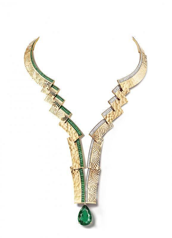 Skyline黄金项链, 镶嵌一颗重约16.06克拉梨形切割哥伦比亚祖母绿、绿宝石及长阶梯形切割钻石。黄金的每一个切面均经过特别加工,例如抛光、镂空、雕刻或锤打。