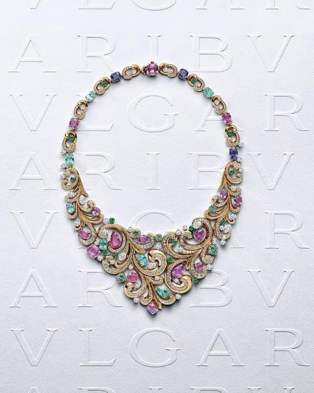 """""""蔓藤女神""""(Lady Aarabesque)项链充分展现了Barocko高级珠宝系列的精髓所在。它以华丽张扬的紫色、绿色和金色等宝格丽珠宝经典配色,礼赞恢弘富丽的巴洛克美学风格。来自斯里兰卡的粉色和紫色蓝宝石与精致小巧的帕拉伊巴碧玺、祖母绿及圆形和水滴形钻石相映生辉,洋溢纵情欢愉的巴洛克曲线。"""