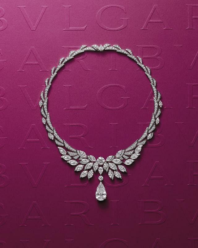 """制作工艺精湛的""""罗马之翼""""(Wings of Rome)铂金项链灵感源自米迦勒张开的翅膀,以榄尖形、圆形及水滴形三种钻石形态,共同打造出拥有三种层次的造型风格,呈现立体之美。"""