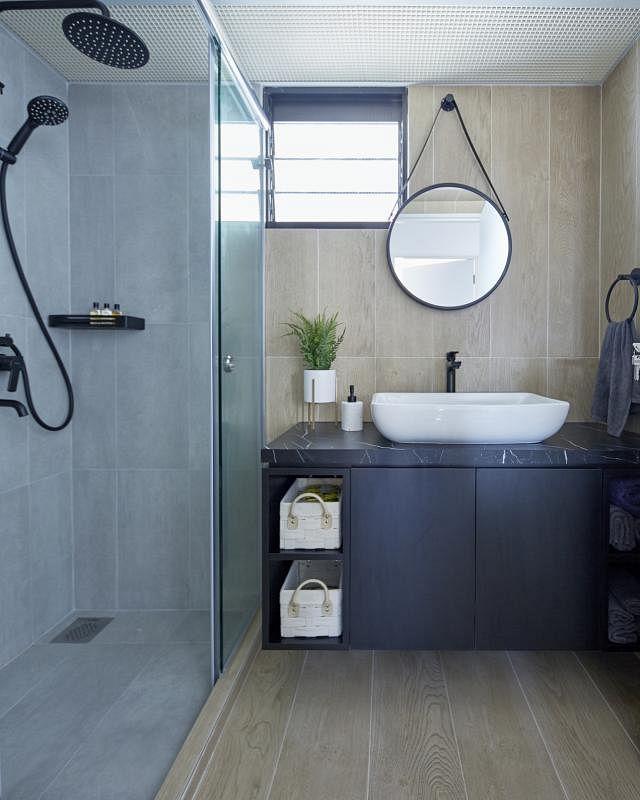 主卧洗手间蓝灰木三色相间。