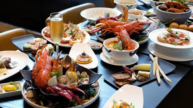 新加坡南岸JW万豪酒店的Beach Road Kitchen餐馆推出新自助餐形式,厨师以流动餐台方式,到食客餐桌前介绍美食。