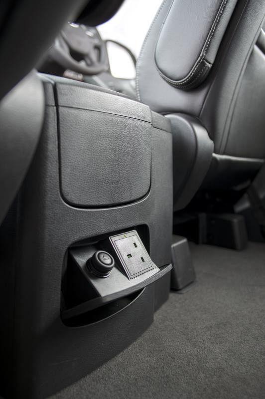 车子后排座位设有三插座电插口。