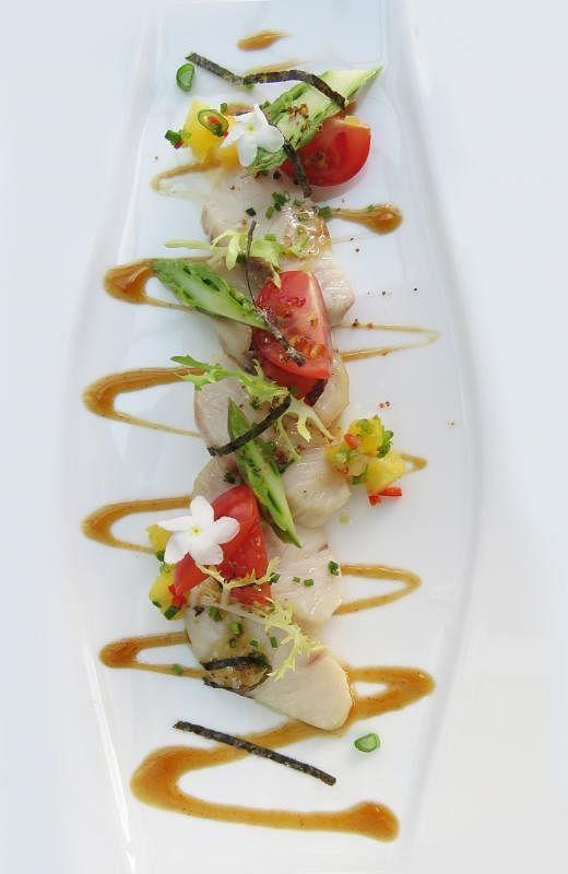 鲜甜的新式鰤鱼生鱼片沙拉配蒲烧酱。