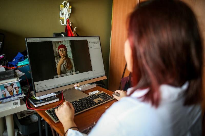 梁惠姗天生有听力障碍。她喜欢制作视频,最近通过Equal Dreams面簿分享聋人当父母的心得。