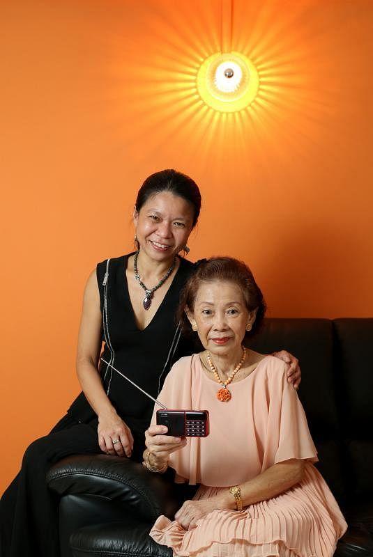 """""""耳福""""慈善企划负责人杨晓芸(左)观察到,比起用手机上网,母亲严秀珠更喜欢收听广播节目。"""