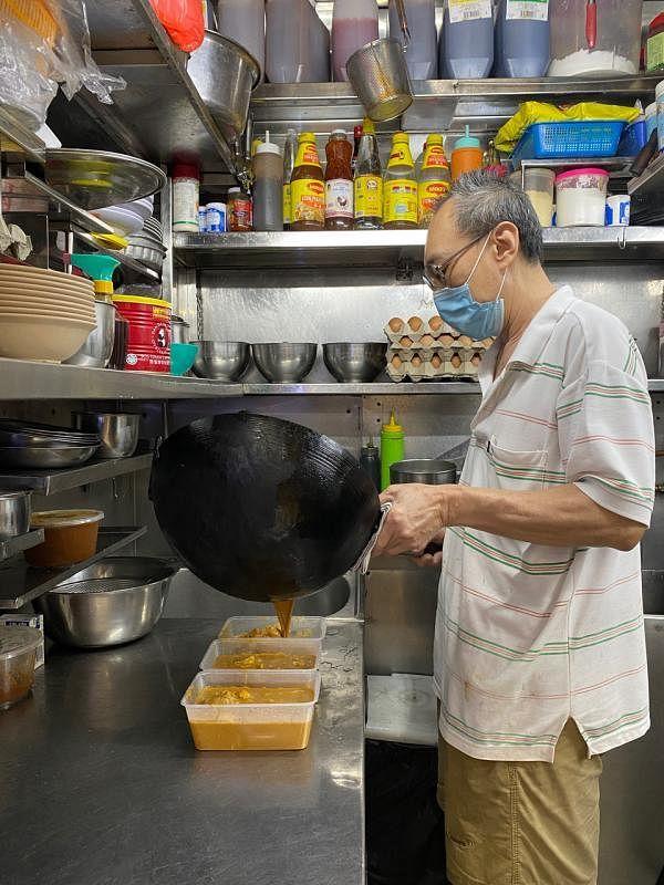 经营煮炒摊的杨时福加入BySGForSG送餐平台后,生意有了改善。