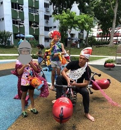 "Farez Najid(右)是""我们出去玩吧""活动的引导人,会根据孩子的反应设计适当创意活动。"