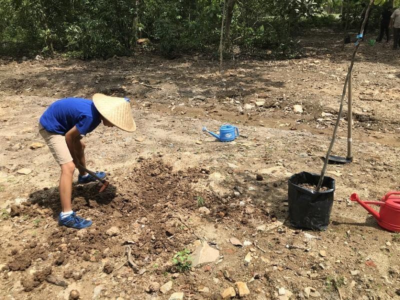 黄纬喆参与Cicada Tree Eco-Place的活动,到乌敏岛种树投入大自然里。(受访者提供)