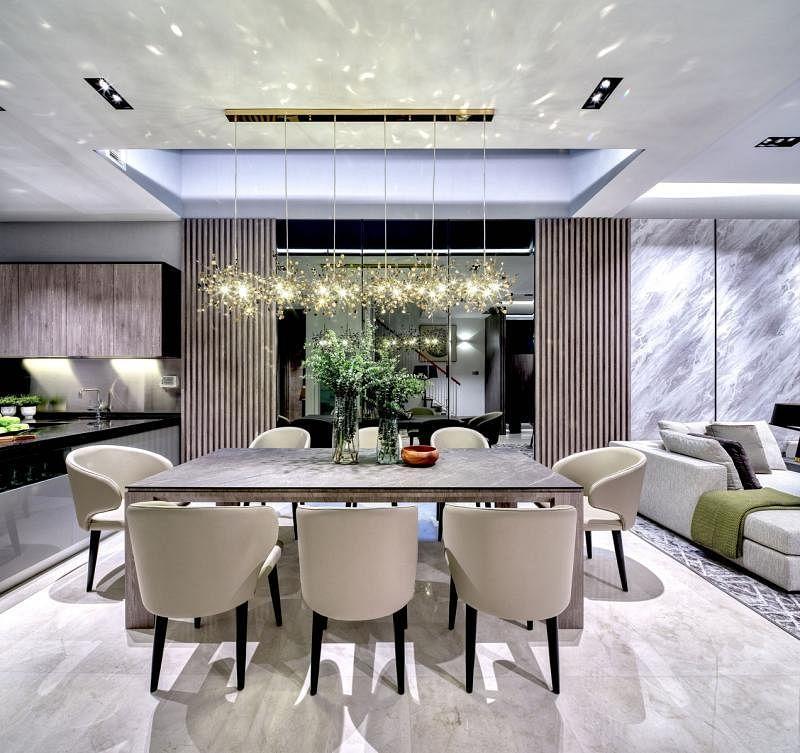 餐桌重点是独特的吊灯,反射出来的灯光让整个客厅像覆盖着金色叶子,视觉感充满层次。