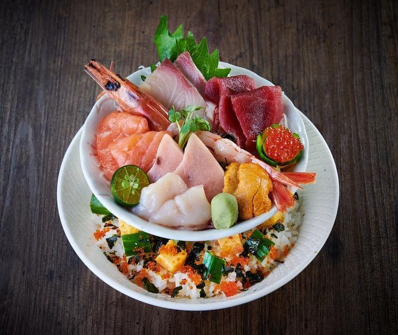 一方日本餐馆的招牌刺身盖饭,分上下两层,分量十足。