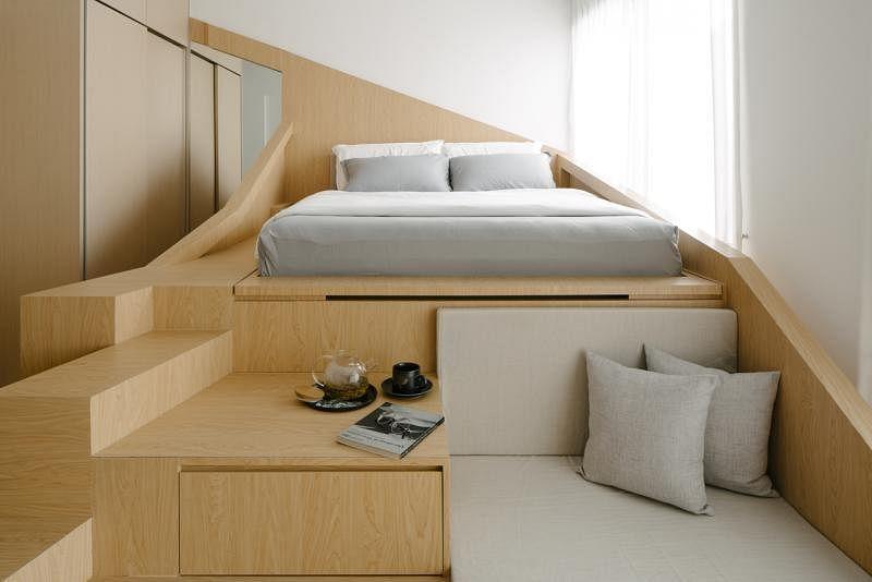 """""""山""""的最高峰留给睡觉的床,山梯是茶几也是沙发,屋主无须购买家具了。"""