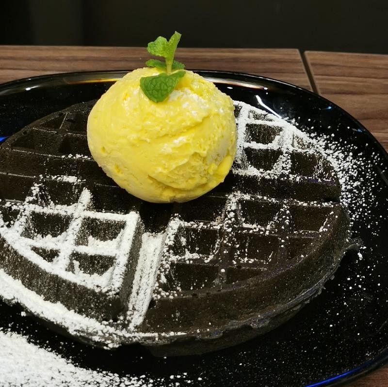 猫山王冰淇淋和比利时竹炭威化饼相得益彰。(陈爱薇摄)