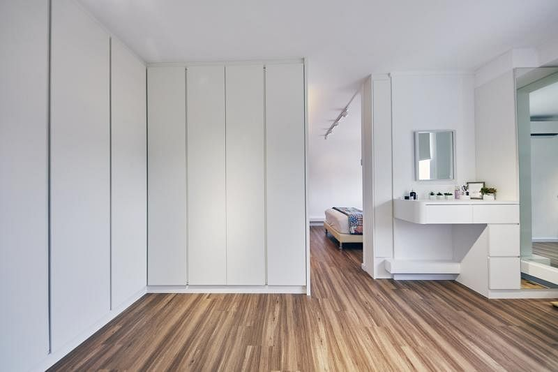 主卧的柜体也采用全高设计。